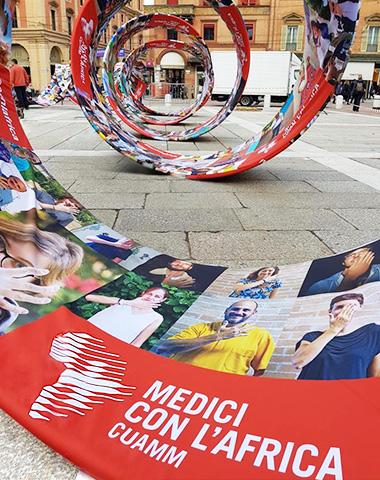 Dare forma all'arte partecipativa con l'architettura tessile: ABS Group per Medici con l'Africa Cuamm